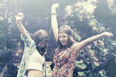 Deux filles de l'adolescence heureuses dans une forêt d'été Images stock