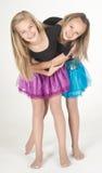 Deux filles de l'adolescence modelant des vêtements de mode dans le studio Photo stock