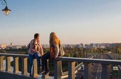 Deux filles de l'adolescence sur un pont dans le sity Photo stock
