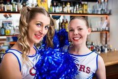 Deux filles de majorette dans la barre de sports Photographie stock
