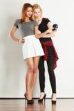 Deux filles de modèles prenant la photo d'individu avec l'appareil-photo Photos libres de droits