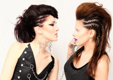Deux filles de mode avec la coiffure et le maquillage professionnels Photo libre de droits