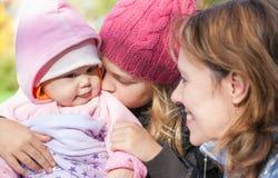 Deux filles de petite soeur et sa mère Image libre de droits