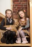 Deux filles de soeur avec des chiots Photos stock