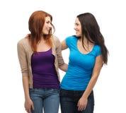 Deux filles de sourire regardant l'un l'autre Photographie stock libre de droits