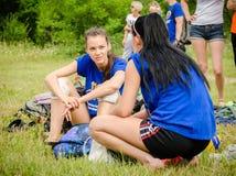 Deux filles discutent la stratégie de volleyball aux concours amateurs de volleyball de plage image libre de droits