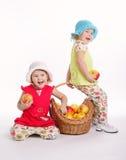 Deux filles drôles avec la récolte de pomme Images stock