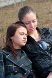 Deux filles détendent en stationnement Photographie stock libre de droits