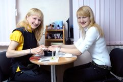 Deux filles effectuant la manucure Photographie stock