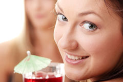 Deux filles en macédoines de fruits de boissons de bikini Photographie stock libre de droits