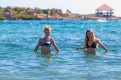 Deux filles en mer photo libre de droits