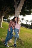 Deux filles en stationnement Photographie stock libre de droits