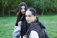 Deux filles en stationnement Images stock