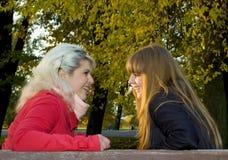 Deux filles en stationnement d'automne Photo libre de droits