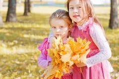 Deux filles en stationnement d'automne Images libres de droits