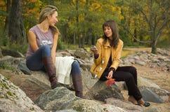 Deux filles en stationnement d'automne Images stock
