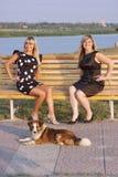 Deux filles en stationnement sur un banc Images libres de droits
