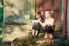Deux filles en voyage Images libres de droits