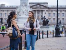 Deux filles en voyage de visite touristique vers Londres Images stock
