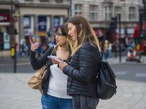 Deux filles en voyage de visite touristique vers Londres Photos libres de droits