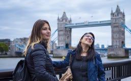 Deux filles en voyage de visite touristique vers Londres Image stock