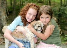 Deux filles et un crabot Photo stock
