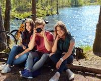 Deux filles et un homme prenant des photos de photo sur les coas sauvages de rivière Photographie stock
