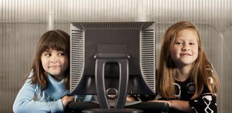 Deux filles et un ordinateur Image libre de droits