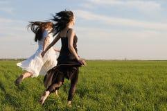 Deux filles exécutant sur la zone 3 Image libre de droits