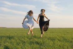 Deux filles exécutant sur la zone 4 image libre de droits