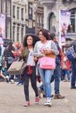 Deux filles exotiques sur la place de barrage, Amsterdam, Pays-Bas Photographie stock