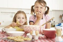 Deux filles faisant cuire au four dans la cuisine Images stock