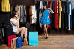 Deux filles faisant des achats dans le mail On parlant du téléphone Images libres de droits