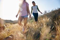 Deux filles fortes marchant sur le flanc de coteau Photo libre de droits