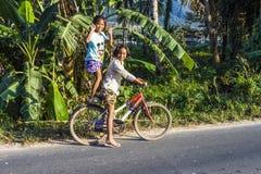 Deux filles frappent une pose avec leur bicyclette photo libre de droits
