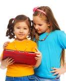 Petites filles et jeux sur l'ordinateur Images stock