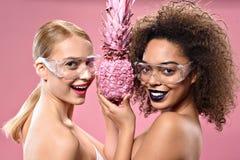 Deux filles gaies avec le sourire protecteur en verre Photographie stock libre de droits