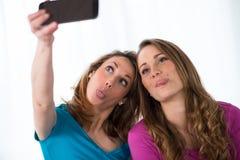 Deux filles gaies jouant à la maison Image stock