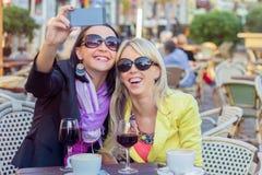 Deux filles gaies prenant le selfie Photographie stock libre de droits