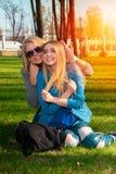 Deux filles gaies sur l'herbe Image stock