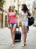 Deux filles heureuses avec le bagage Image libre de droits