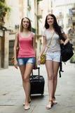 Deux filles heureuses avec le bagage Photographie stock libre de droits