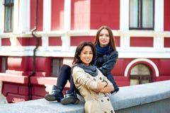 Deux filles heureuses ayant l'amusement, posant l'amitié femelle Images libres de droits