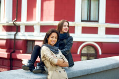 Deux filles heureuses ayant l'amusement, posant l'amitié femelle Photos libres de droits