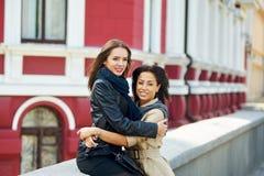 Deux filles heureuses ayant l'amusement, posant l'amitié femelle Images stock