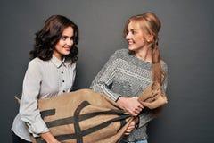 Deux filles heureuses et sac insidieux d'entrave Photographie stock