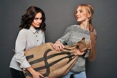 Deux filles heureuses et sac insidieux d'entrave Images stock