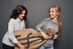 Deux filles heureuses et sac insidieux d'entrave Photo stock