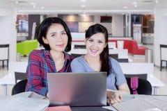 Deux filles heureuses faisant le schoolwork ensemble Images libres de droits