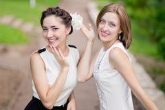 Deux filles heureuses riant en parc Photo libre de droits